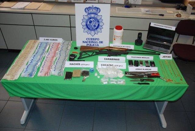 La Policía Nacional detiene a tres personas por tráfico de cocaína y hachís.