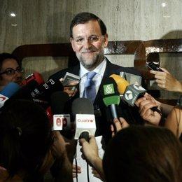 Mariano Rajoy, rodeado de micrófonos