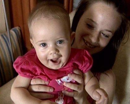 Una niña de cinco meses supera una operación para extirparle un tumor bronquial