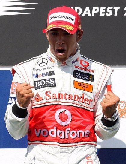 Hamilton se apunta su primera victoria de la temporada y Alonso abandona