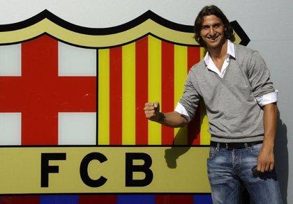 Ibrahimovic posa con el escudo azulgrana y firma sus primeros autógrafos en la Ciudad Condal