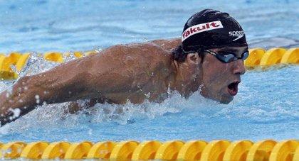 Phelps logra el oro en los 200 mariposa con récord del mundo