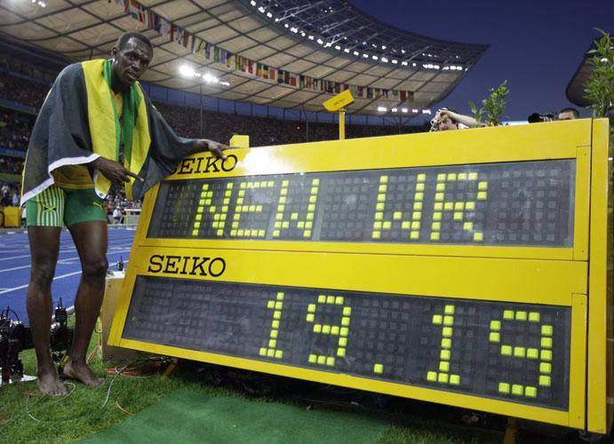 بولت در كنار تابلوي نشان دهنده ركورد جديد دو 200 متر