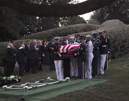 Los restos mortales de Edward Kennedy descansan ya en el Cementerio Nacional de Arlington