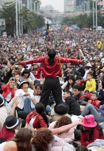 Cerca de 14.000 mexicanos bailan para homenajear a Michael Jackson
