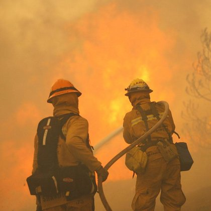 Mueren dos bomberos al intentar sofocar el incendio de California