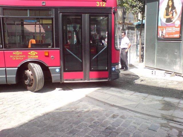 Un autobús de Tussam invade acera y carril bici de San Jacinto