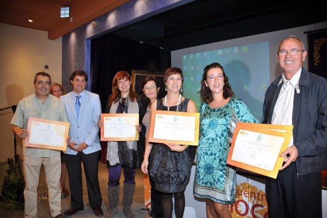 Los premiados muestran sus galardones