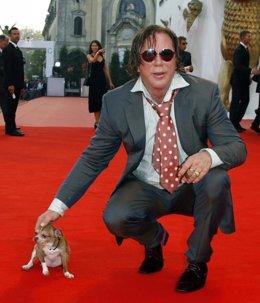 Mickey Rourke con su chihuahua