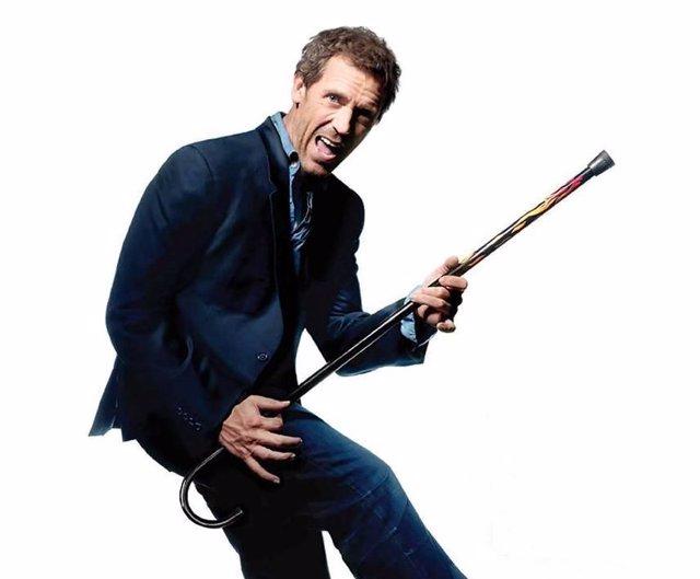 El actor Hugh Laurie simula tocar una guitarra con el bastón en el papel de Hous
