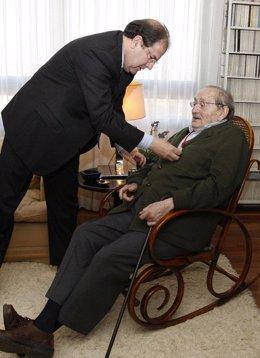 Miguel Delibes recibe la Medalla de Oro de Castilla y León