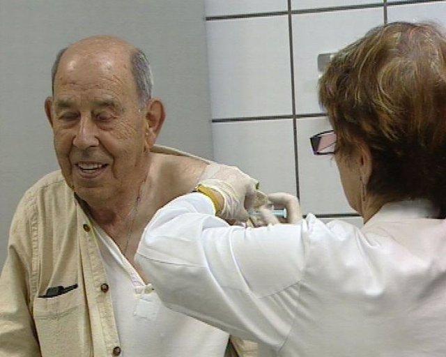 un anciano se vacuna contra la Gripe A