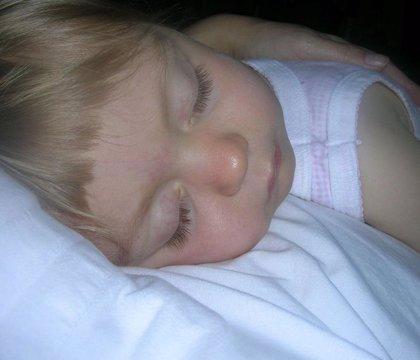 Dormir boca arriba causa deformaciones craneales a uno de cada 30 bebés