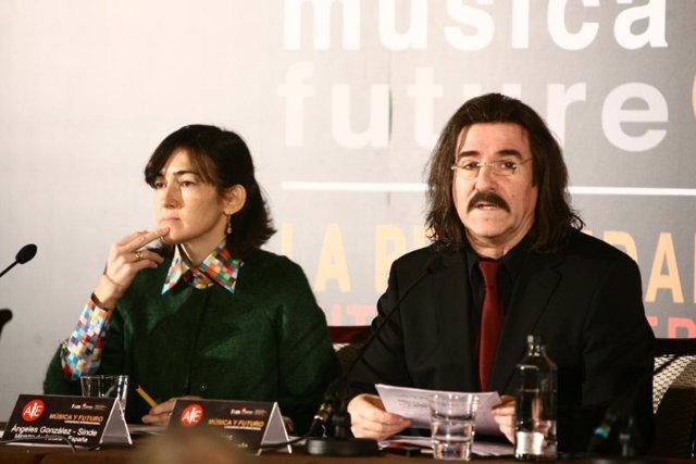 La ministra de Cultura, Angeles González-Sinde, y el presidente de la AIE, Luis