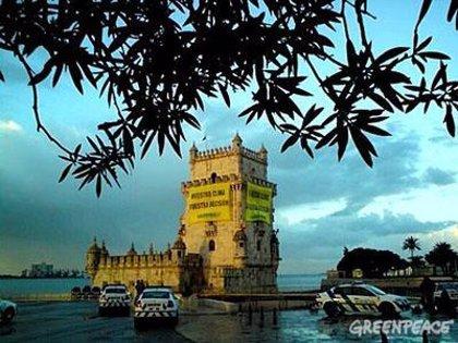 Greenpeace cubre de pancartas la Torre de Belém en Lisboa