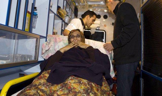 Haidar entra en una ambulancia cuando cree que regresa a Marruecos