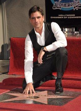 El actor John Stamos en el Paseo de la Fama de Hollywood