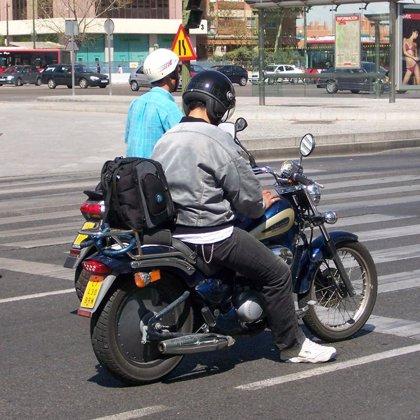 El PP propone que los motoristas lleven una luz de freno en la parte trasera de los cascos