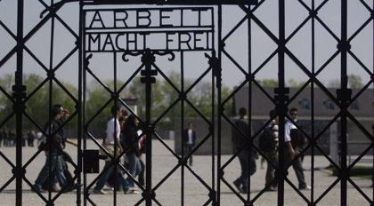 Roban la placa con el lema 'Arbeit macht frei' en el antiguo campo de concentración nazi de Auschwitz