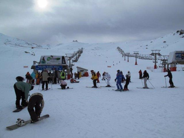Esquiadores y aficionados al Snowboard de acercan a un telesilla