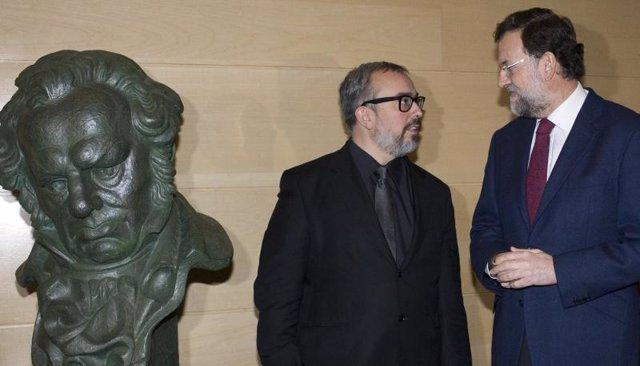 Rajoy y Alex de la Iglesia con el cabezón de Goya