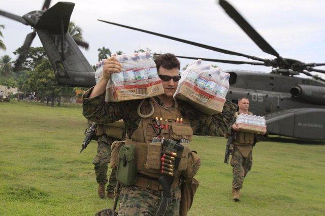 Marines estadounidenses repartiendo ayuda humanitaria en Haiti