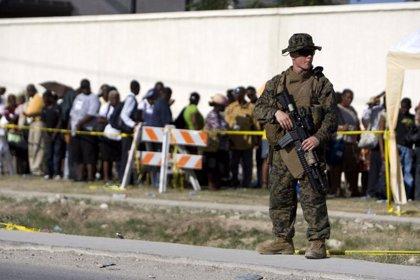 El Ejército de EEUU ordena a los periodistas extranjeros que desalojen el aeropuerto de Puerto Príncipe-. Firma: EDU .