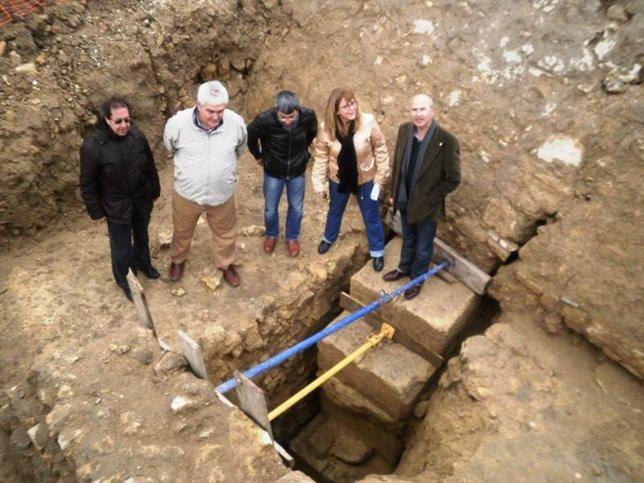 Arqueólogos y el arquitecto de la obra muestran el hallazgo a Peinado