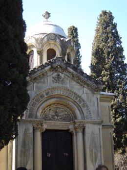 Tumba en el cementerio de San Isidro con signos masónicos
