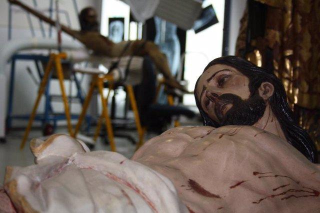 EL Crucificado en el taller de escultura del IAPH antes de su traslado