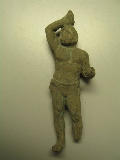 Hallan una estatuilla romana en la excavación del 'Decumanus Maximus' de Baelo Claudia
