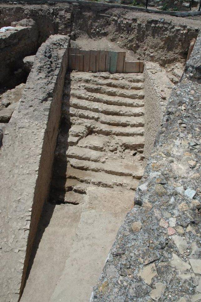 Escalinata descubierta junto al teatro romano