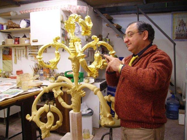 Miguel Santana en su taller