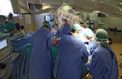 El paciente trasplantado de cara en el Virgen del Rocío de Sevilla pasa a planta tras seis semanas en UCI y Quemados