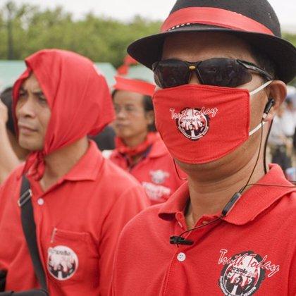 El primer ministro tailandés accede a dialogar con los 'camisas rojas'
