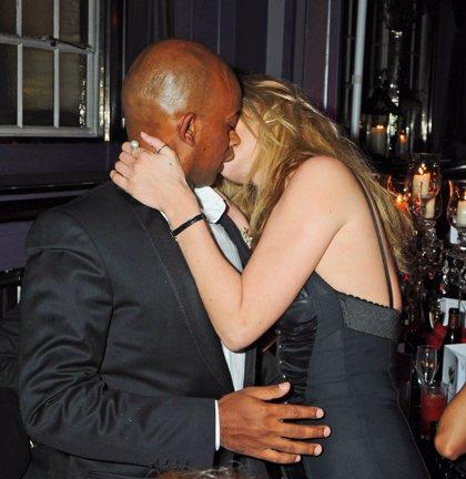 Kate Moss besa a otro hombre delante de su prometido