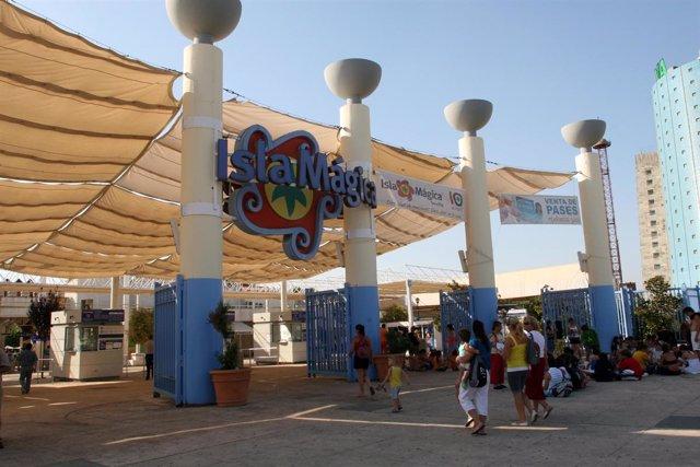 Visitantes A Las Puertas De Isla Mágica
