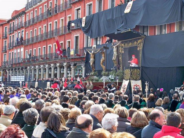 Amigo Se Dirige A Los Miles De Fieles En La Plaza Mayor De Valladolid