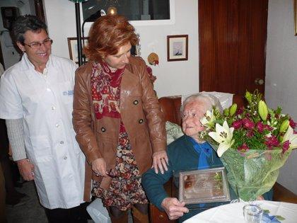 La alcaldesa de Cáceres felicita a Celestina Jiménez, que acaba de cumplir 100 años y vive sola