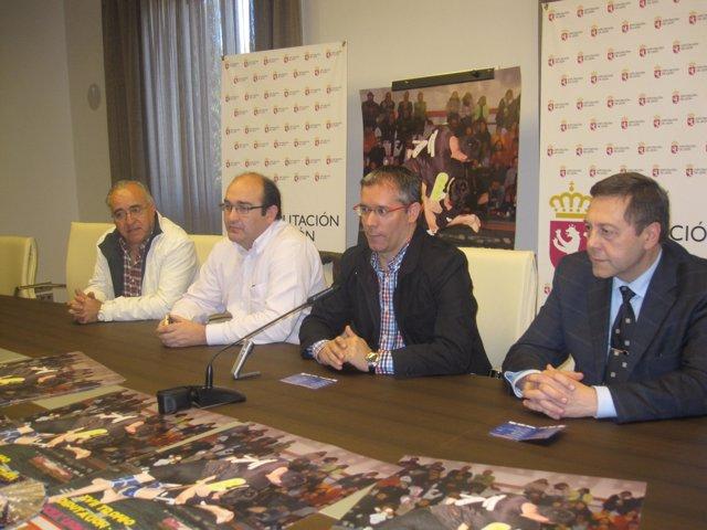 José María López Benito Acompañado Por Representantes De La Federación De Lucha
