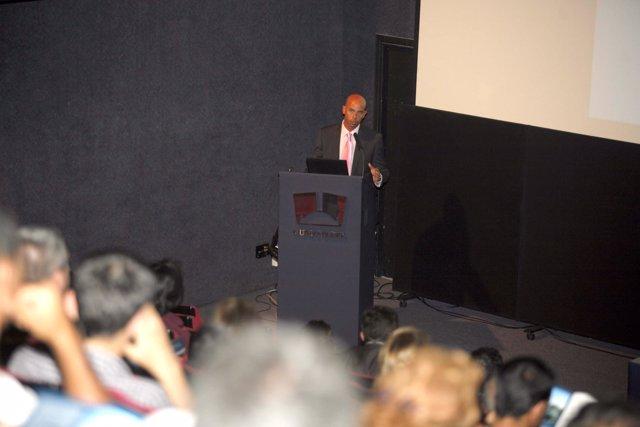 El Experto Gonzalo Piernavieja En Su Conferencia En El Museo Elder En Las Palmas