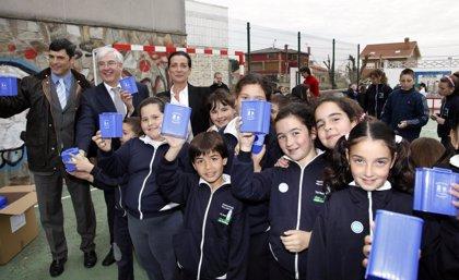 Ayuntamiento de Santander y Fundación Mapfre entregan a escolares 80 carnés de ecoinspectores