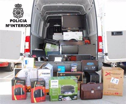 Tres detenidos acusados de comprar material informático y electrodomésticos con documentación falsa