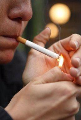 Persona Encendiendo Un Cigarro