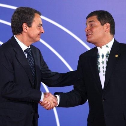 Rafael Correa dice que confía en Zapatero para la protección de los inmigrantes pero no en la UE