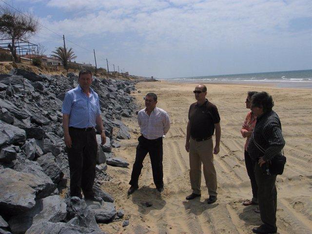 Los alcalde de Palos y Moguer visitan la playa de Mazagón par asupervisar el arr
