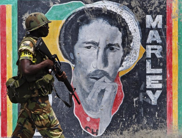 soldados patrullan las calles de Kingston, jamaica