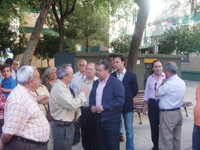 Juan Ignacio Zoido y vecinos de Cerro Amate