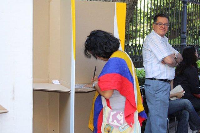 Colombianos votando