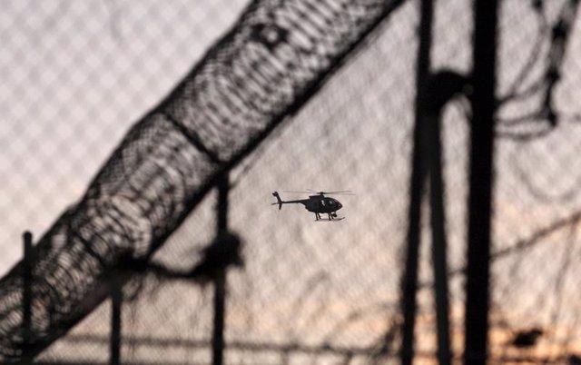 Un helicóptero sobrevuela la cárcel de Tijuana